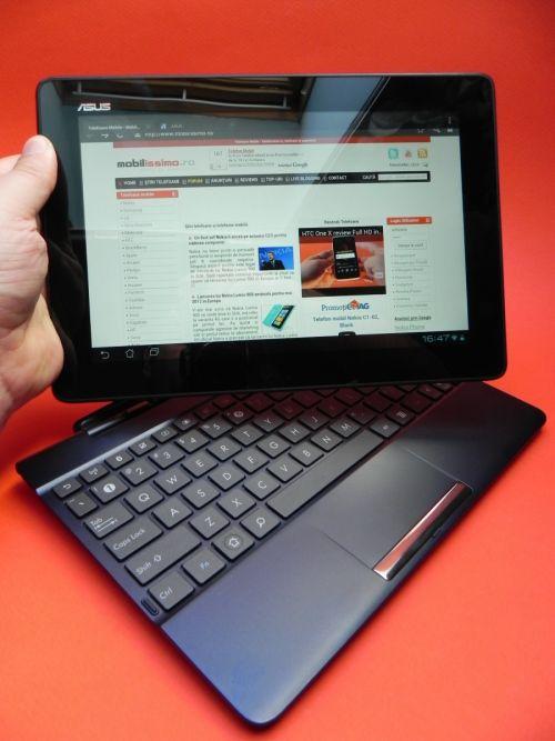 Tableta vine și cu un dock tastatura opțional