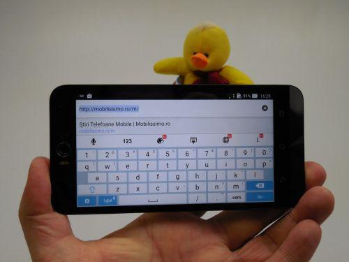 Tastatura lui ASUS ZenFone Selfie