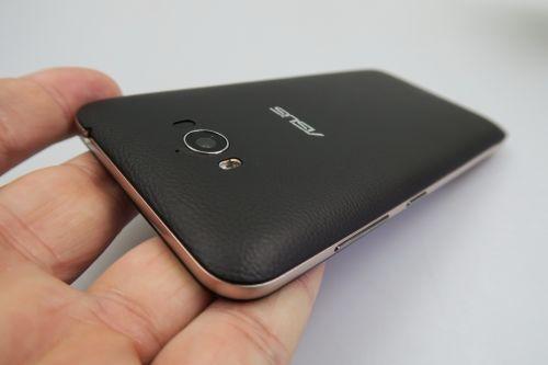 ASUS ZenFone MAX privit din spate