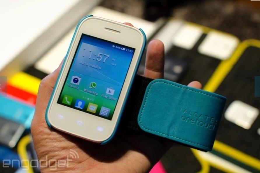 Alcatel OneTouch Pop Fit, un mic smartphone ce vine la pachet cu o mulțime de accesorii