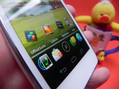Allview P4 Duo oferă un ecran de 4.3 inch, cu rezoluție de 480 x 800 pixeli, 240 dpi, 16 milioane de culori și tehnologie Super AMOLED Plus