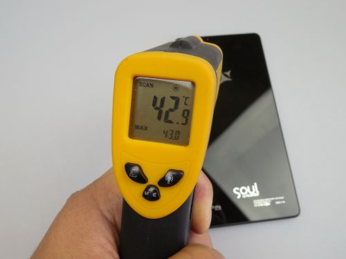 Am testat temperatura acestui model, astfel că după o sesiune de gaming de 15 minute cu jocul Riptide GP2 am atins 43 de grade Celsius