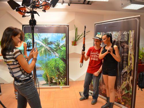 Fotografii de vacanţa cu o Lara Croft autohtona la 120 de megapixeli