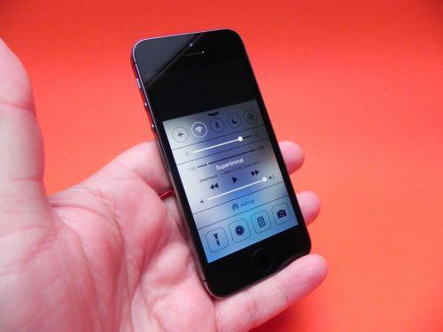 iOS 7 Control Center accesat prin swipe de jos În sus