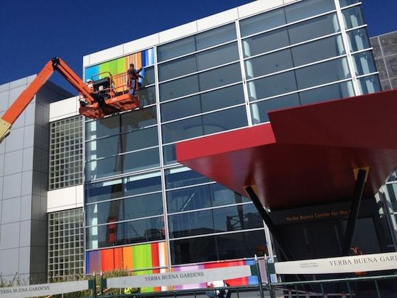 Apple pregătește Yerba Buena Center pentru evenimentul de pe 12 septembrie și Îmbracă fațadă În multe culori