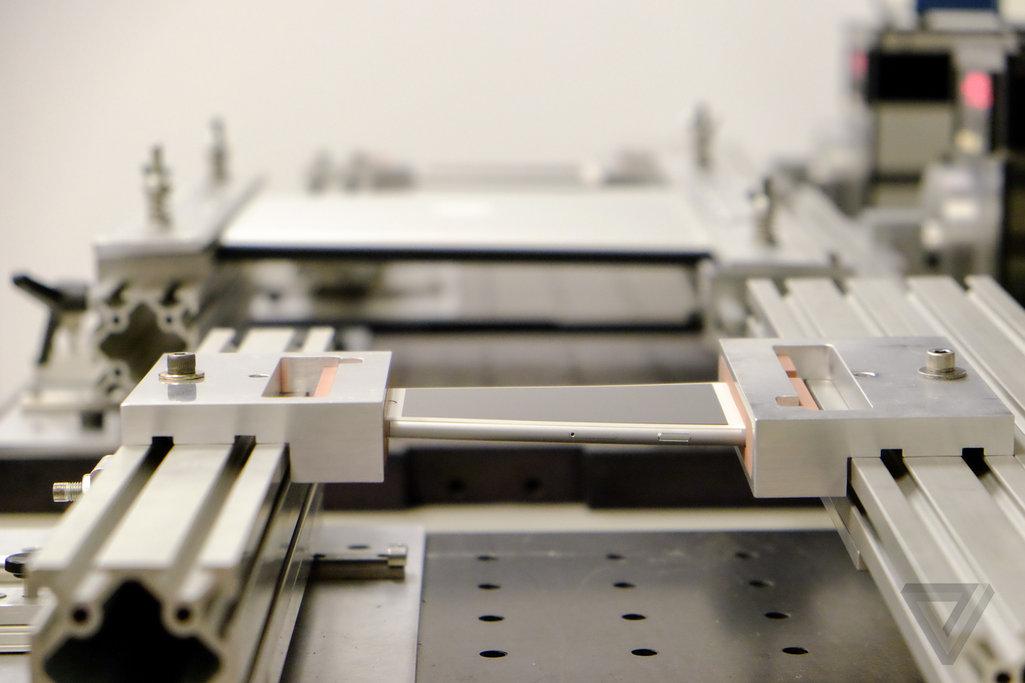Așa se torturează un iPhone! Iată instrumentele cu care Apple testează rezistenta telefoanelor sale