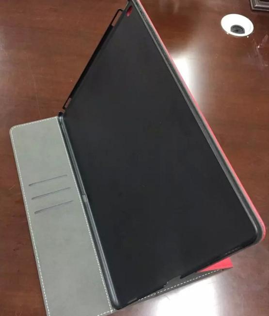 Noi huse ale lui iPad Pro apar pe web, reconfirmând poziţionarea laterală a unui port