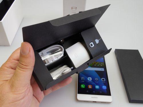 Huawei P8 Lite Unboxing: cutia ingustă si elegantă ca şi la modelul mai mare şi un design de telefon foarte compact (Video)