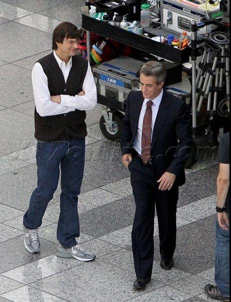Asemănare interesantă Între Ashton Kutcher și Steve Jobs pe platoul filmului jOBS (Imagini)