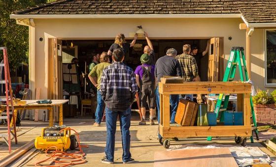 Au Început filmările la noua peliculă despre viața lui Steve Jobs; Cameramanii surprinși În garajul lui Jobs din tinerețe