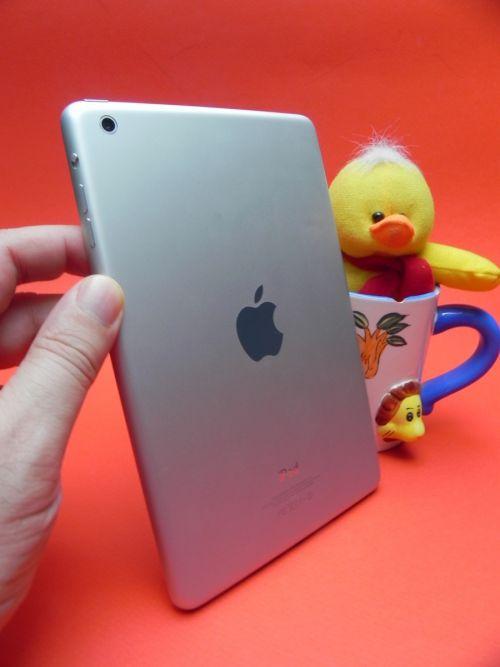 iPad mini - Tableta este foarte ușoară și subțire la primul contact și stă bine În mâna utilizatorului...
