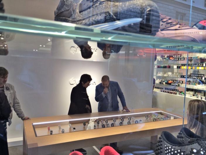 Apple Store-urile angajează experți În domeniul fashion pentru a promova Apple Watch