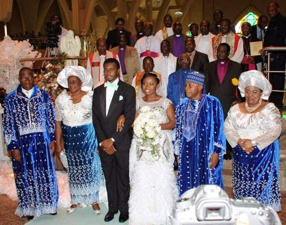 Președintele Nigeriei oferă iPhone-uri placate cu aur invitaților la nunta fiicei sale