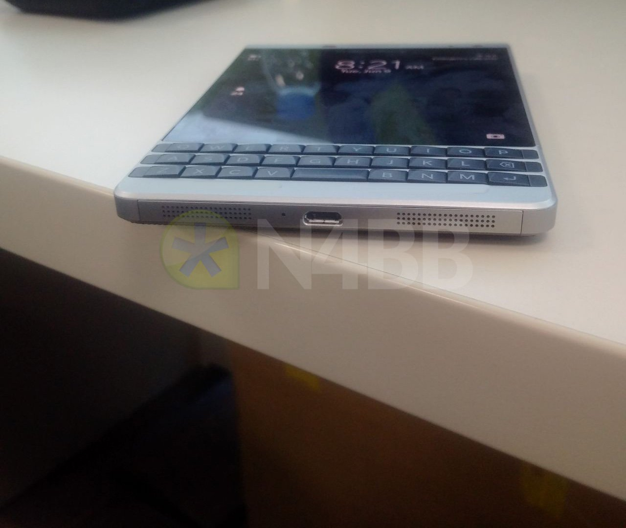 """BlackBerry Oslo îşi face apariţia în noi fotografii hands on, pare un fel de Passport """"lite"""""""