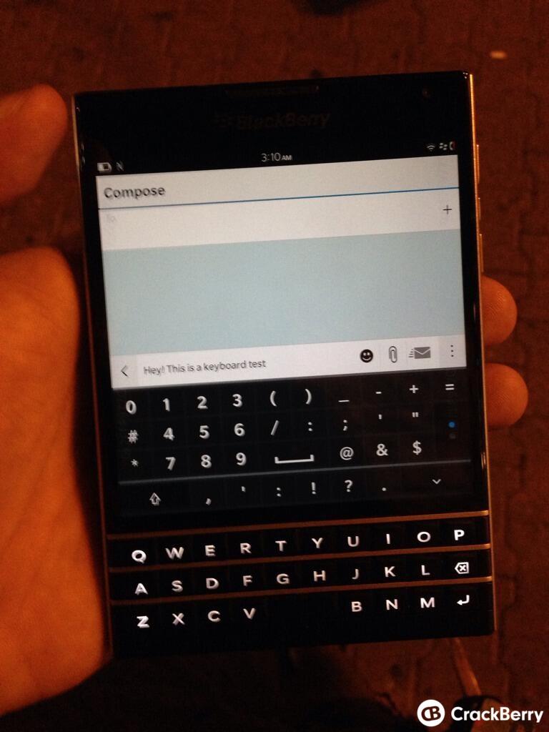 Noi imagini cu pătrățosul telefon BlackBerry PassPort, probabil cel mai bizar design al acestui an
