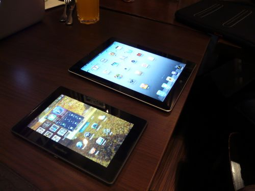 BlackBerry PlayBook si iPad 2