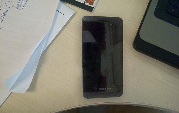 Un device cu touchscreen și BlackBerry 10 a apărut pe web cu două imagini