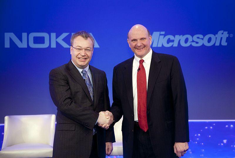 Stephen Elop și CEO-ul Microsoft Steve Ballmer își dădeau mâna semnând un parteneriat între companii