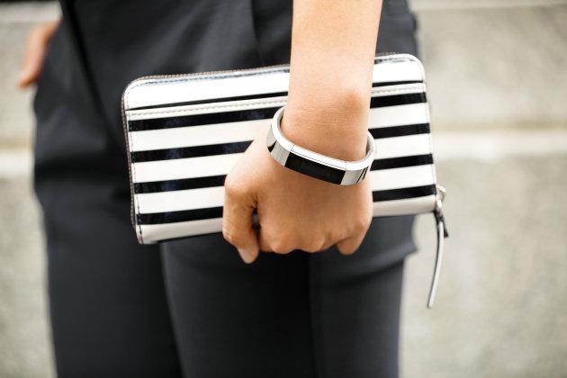 FitBit Alta este un nou fitness tracker, disponibil acum la precomandă la preţul de 130 de dolari