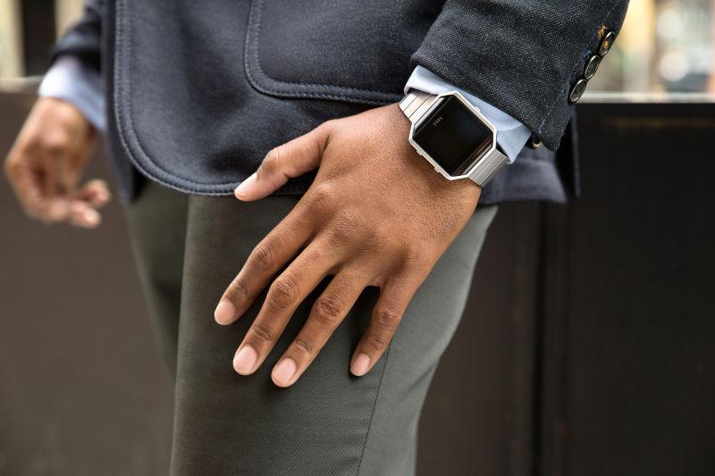 CES 2016: Fitbit lansează un fitness tracker denumit Blaze; acesta adoptă un design elegant și promite până la 5 zile de autonomie