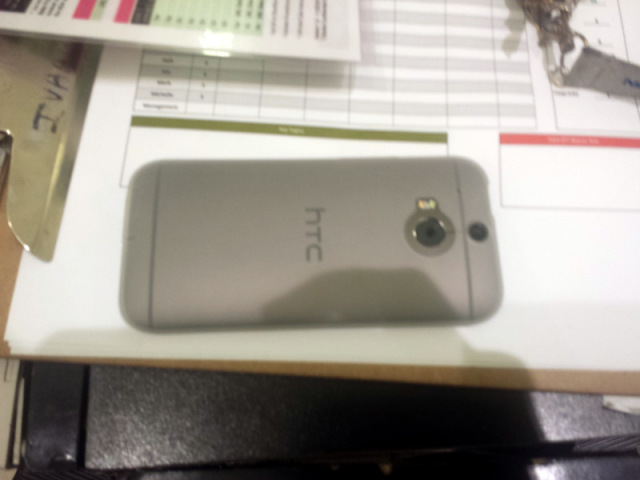 HTC One M8 apare Într-o serie de noi fotografii live pe culoarea argintie