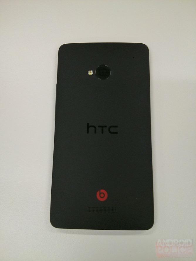 HTC M7 - partea spate