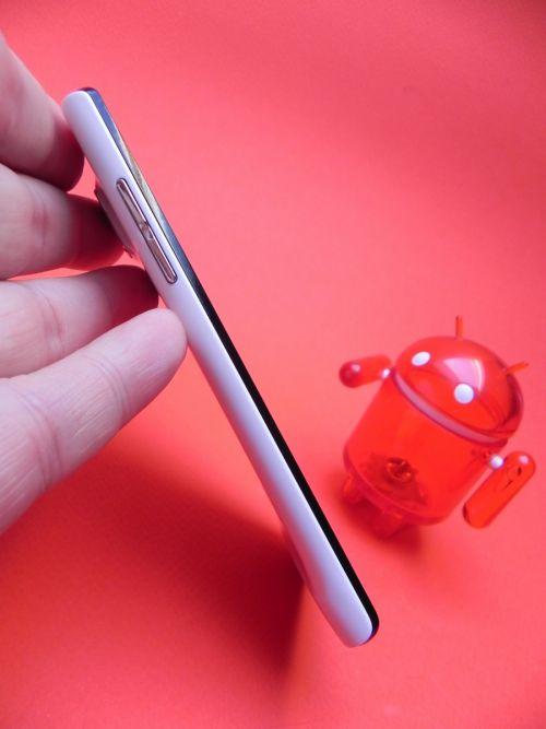 Huawei Ascend P1 măsoară doar 7.7 mm În grosime și care cântărește 110 grame
