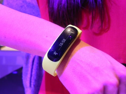 MWC 2014: Huawei TalkBand B1 hands on preview - un accesoriu cochet, o brățară smart reușită (Video)