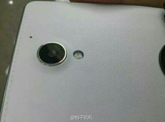 Un nou smartphone Huawei misterios copiază imitația de piele pe spate specifică Samsung