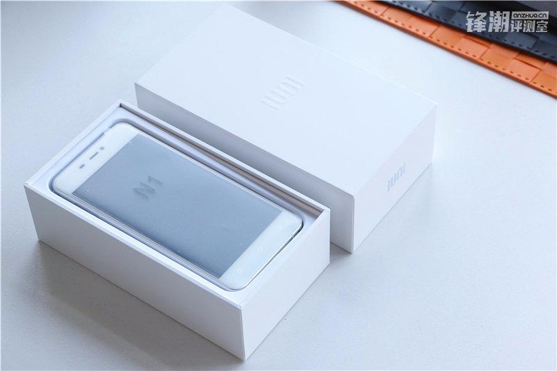 IUNI N1 anunţat oficial, vine cu ecran 2.5D curbat lateral şi dotări midrange; Iată imagini hands on cu terminalul şi ambalajul său