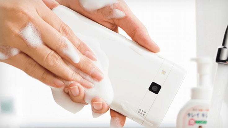 Kyocera lansează telefonul care poate fi spălat şi nu are de suferit din cauza săpunului: Digno Rafre (Video)