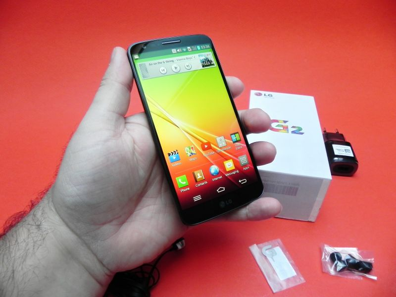 LG G2 unboxing: smartphone cu design original, un adevărat ecran edge to edge (Video)