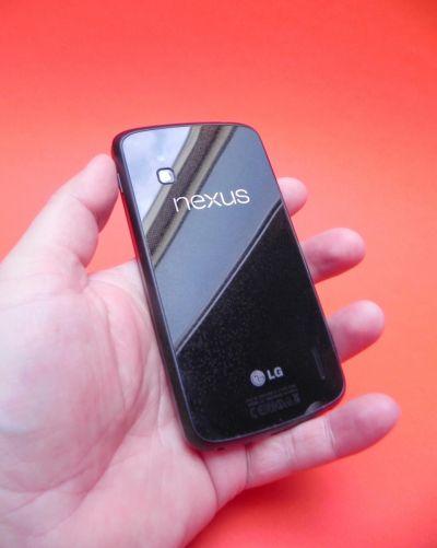 Spatele lui Nexus 4 este și el fabricat din sticlă
