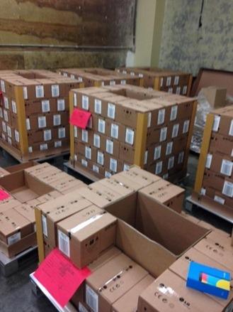 Numeroase cutii ale lui Nexus 5 fotografiate Într-un centru de distribuție LG