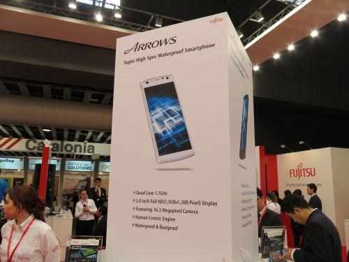 MWC 2013: Fujitsu Arrows X F-02E, smartphone-ul din duș cu senzor pentru amprente (Video)