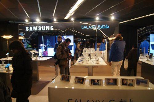 Samsung a amenajat deja un studio cu telefoanele și tabletele lor la ieșirea din stația de metrou Fira Grand Via