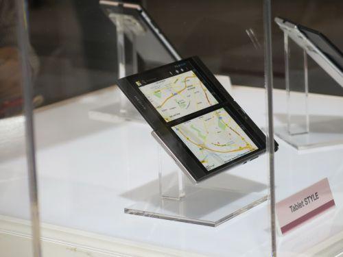 MWC 2013: NEC Medias W, telefon dual display familiar la MWC, gata de comercializare (Video)