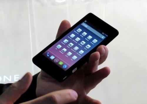 MWC 2013: YotaPhone surprinde cu display-uri duale, cu tehnologie E-Ink (Video)