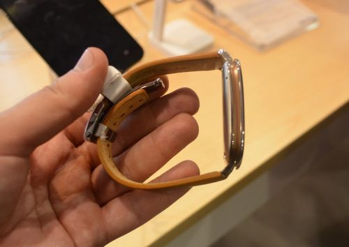 MWC 2015: ASUS Zenwatch hands-on - design elegant, Android Wear şi construcţie solidă (Video)