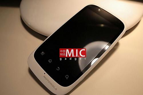 Motorola Domino+, un telefon cu preț rezonabil și specificații similare cu ale lui HTC ChaCha