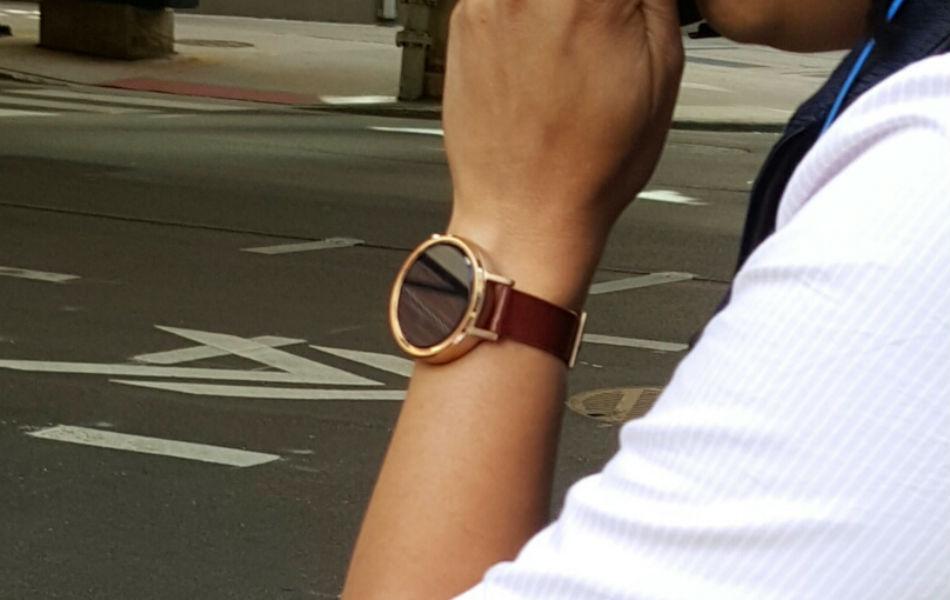 Noul smartwatch Moto 360 îşi face apariţia la încheieturi înainte de debutul oficial