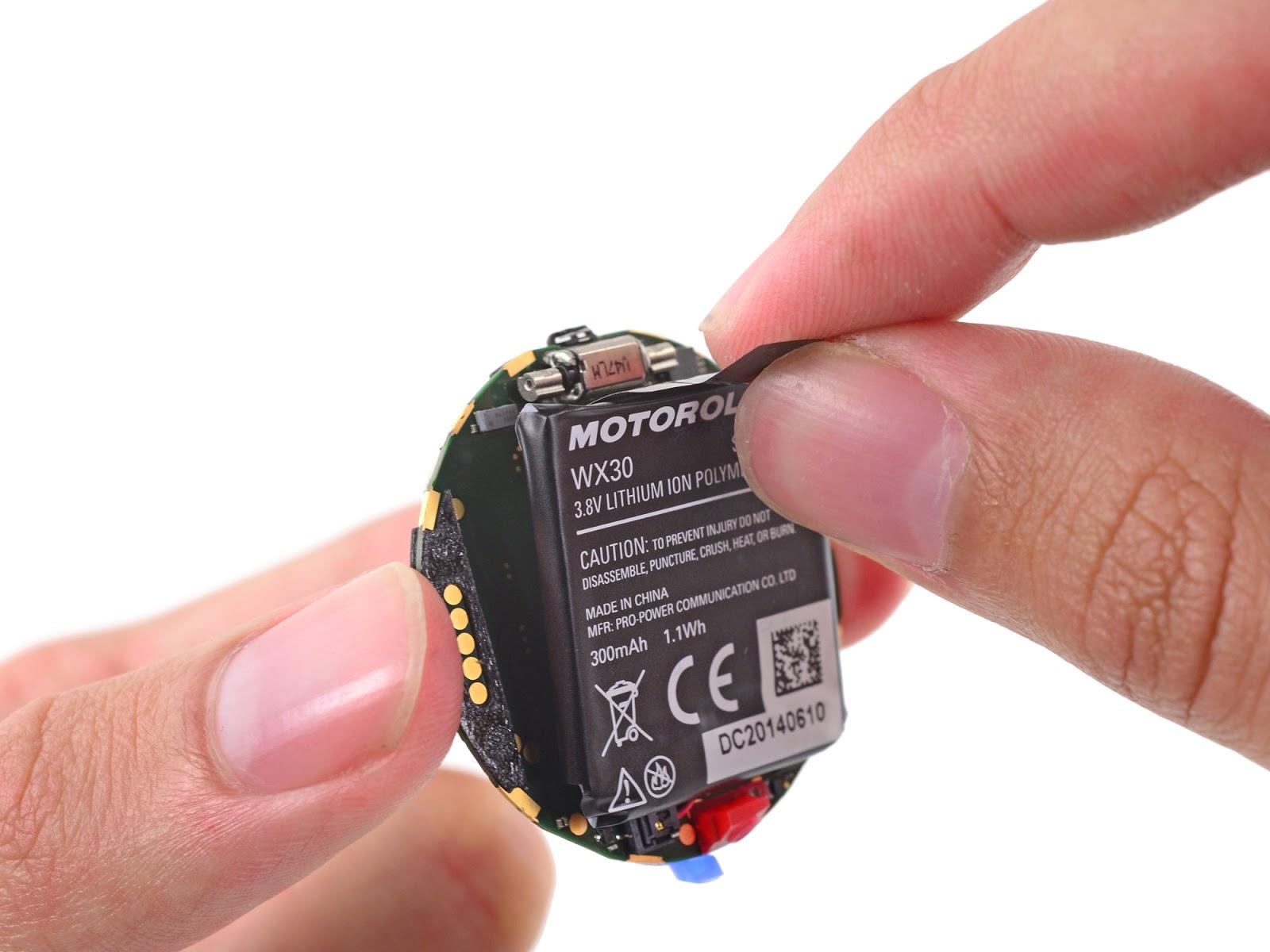 Smartwatch-ul Moto 360 dezasamblat de iFixit; surprize la interior