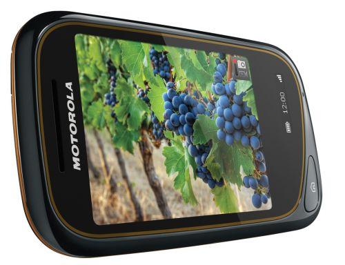 Motorola Wilder, un telefon ieftin, rezistent la apă și praf, dotat cu display secundar