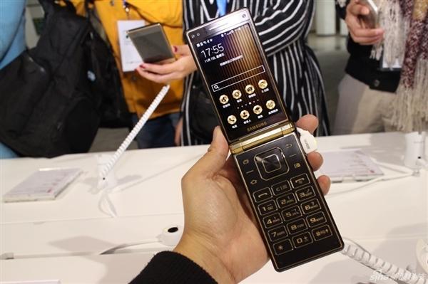 Samsung lansează oficial smartphone-ul flagship cu clapetă W2015
