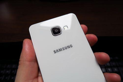 Samsung Galaxy A7 (2016) privit din spate