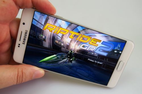 Samsung Galaxy A7 (2016) in cazul gaming