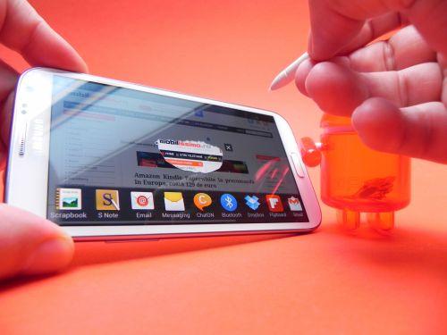 În ce privește stylusul S Pen, acesta folosește tehnologie Wacom și suporta acum 1024 de nivele de presiune, de 4 ori mai multe decât pe primul Note
