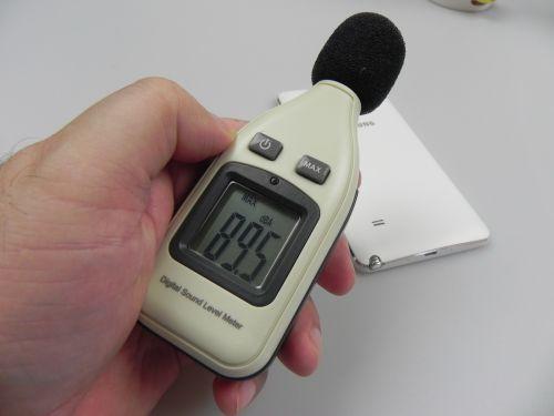 Samsung Galaxy Note 4 la testul cu decibelmetrul, a atins 89.5 dBA În spate și 85.6 dBA În față!