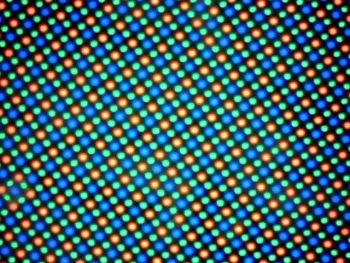 Pixelii au un aranjament Pentile Matrix