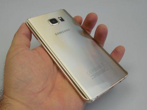 Samsung Galaxy Note 5 fotografiat din spate